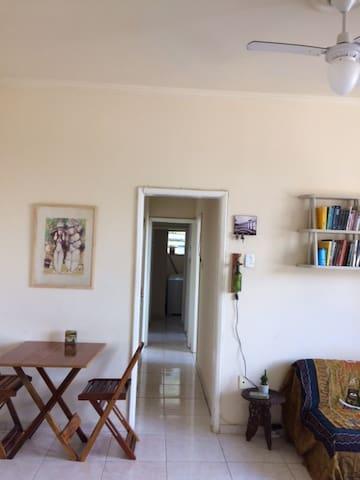 Quarto em apartamento amplo e arejado no catete