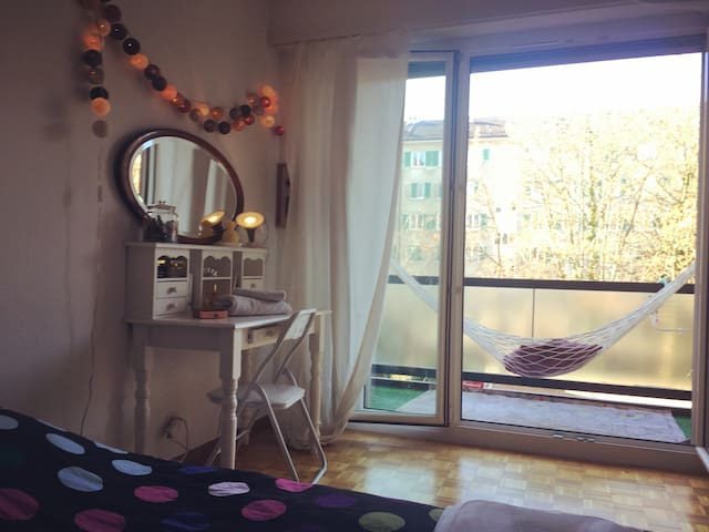 Sunny room with balcony and hammock ! - Genève - Apartment