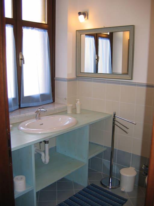 Bagno della suite nr. 10 con servizio di cortesia completo