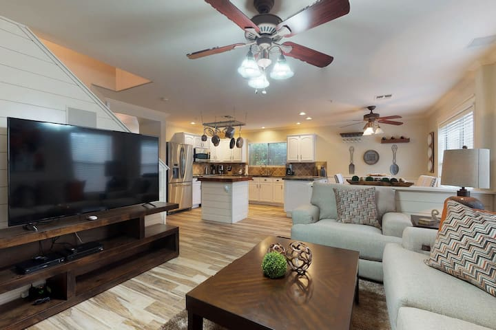 Newly remodeled, dog-friendly home w/hot tub, pool table & poker