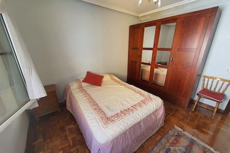 Habitacion grande privada en el centro de Oviedo