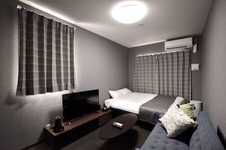 京都駅から徒歩10分♦︎フロントスタッフ常駐の家具家電キッチン完備の新築ホテルのクイーンルーム