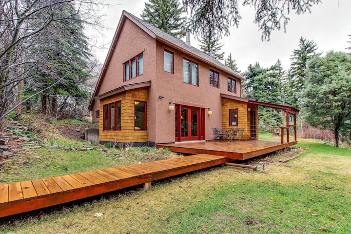 Newly renovated cabin - cozy seclusion on the river, outdoor activities nearby!