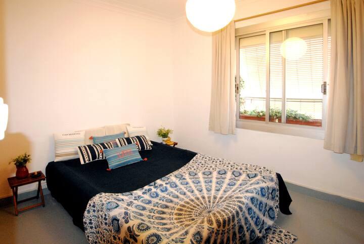 Sunny 2 BD, living-room with balcony, BCN center