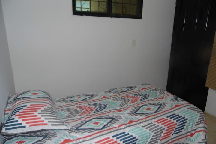 Dormitorio con cama matrimonial y baño privado// double bedroom and  private toilet