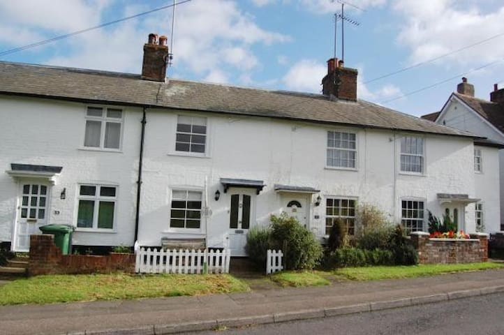 19th Century Cottage in Countryside near London - Harpenden - House