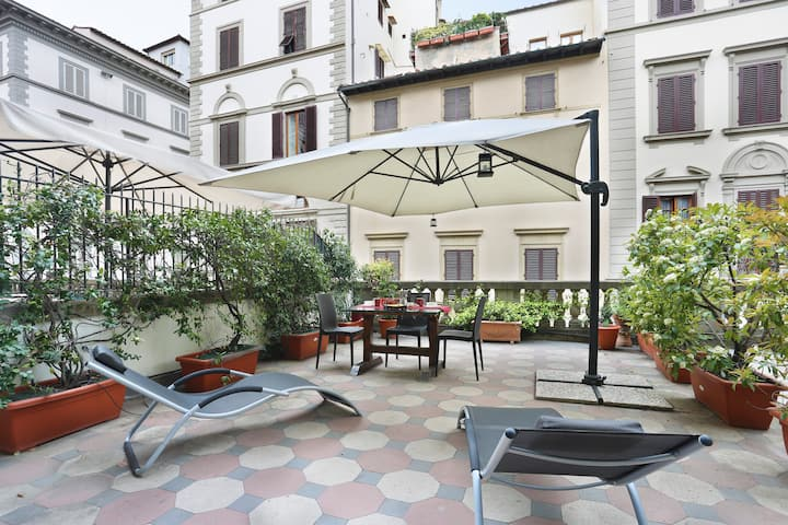 Studio Flat centrally located with private terrace