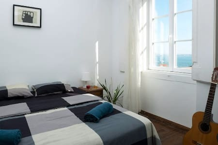 Spacious bedroom with a stunning view to the river - Lisboa - Apartment