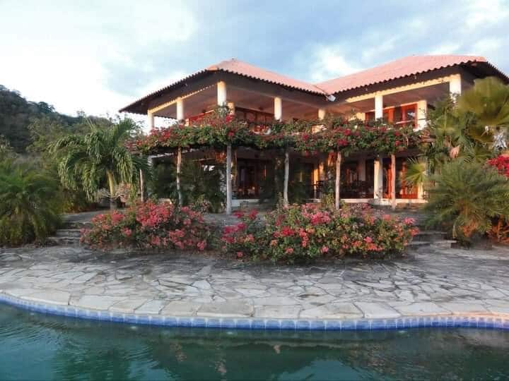 Tiger Party Villa —Sunsets, Secluded Hilltop, Lush