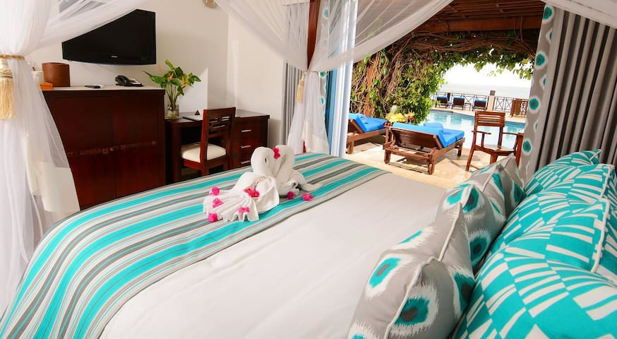 LUXURY SWIM UP SUITE WITH PRIVATE POOL ACCESS!
