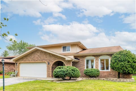 Spacious home near Chicago, fenced yard for pets