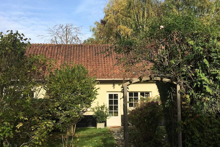 Detached house with a very large garden at 30 min. from the Bay