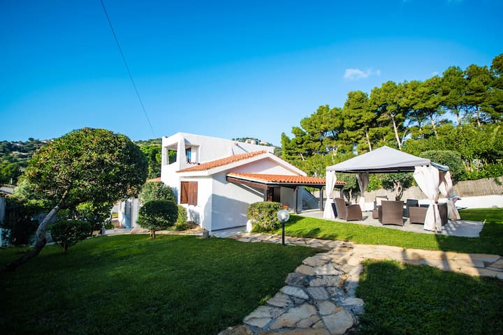 Exclusive villa with pool 70 meters from the sea