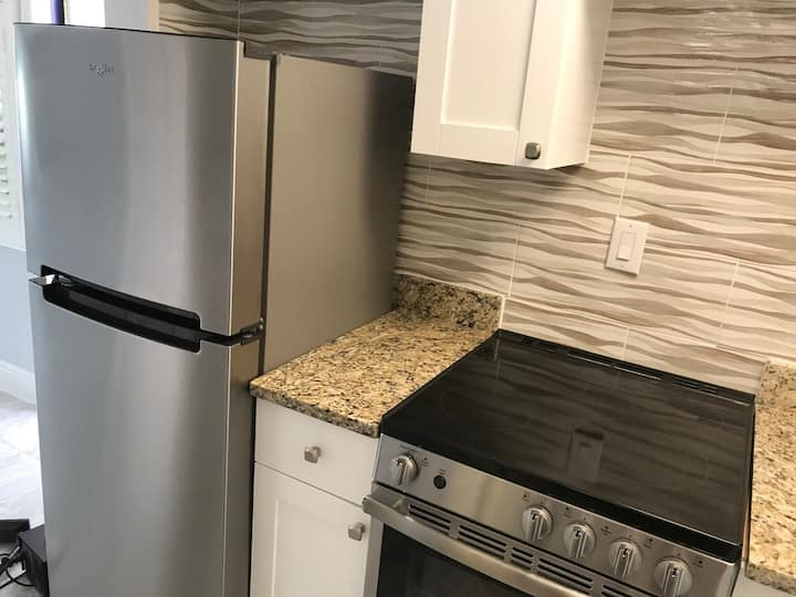 By the Beach & 5th Ave - Studio Guest Home & Pool
