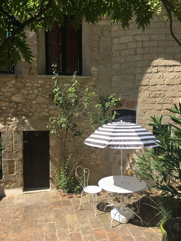 Charming & bright flat with garden access