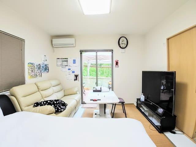 電動ソファー ダブルベッド 大型TV ウッドデッキ併設の客室です。