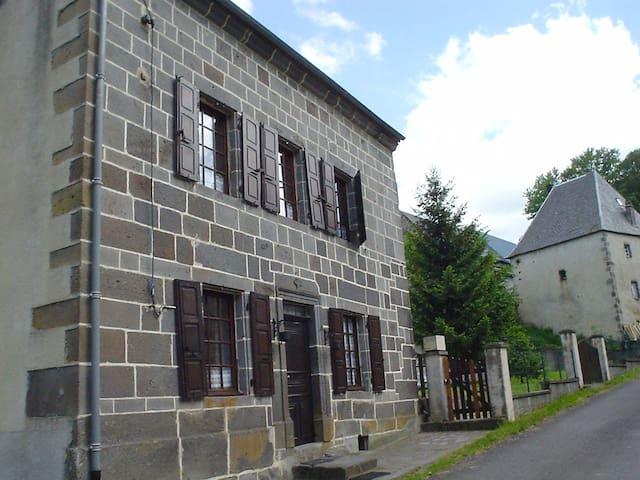 Logement proche des Roches Tuilière et Sanadoire - Rochefort-Montagne - House