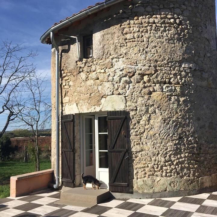 Insolite : Tour du moyen-âge et jardin en Auvergne