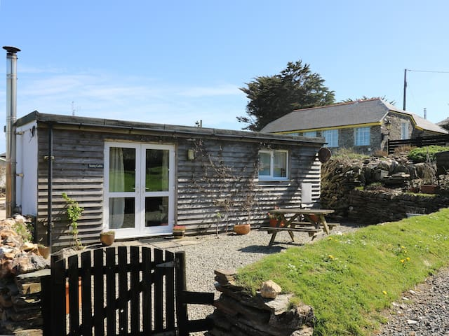 SUNNY CABIN, character holiday cottage in Tintagel, Ref 14431