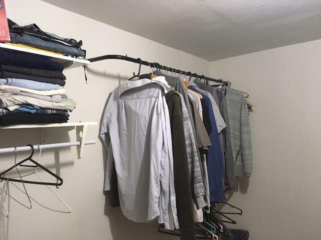 Quarto 1 - O quarto tem araras para arrumar rapidamente suas roupas!