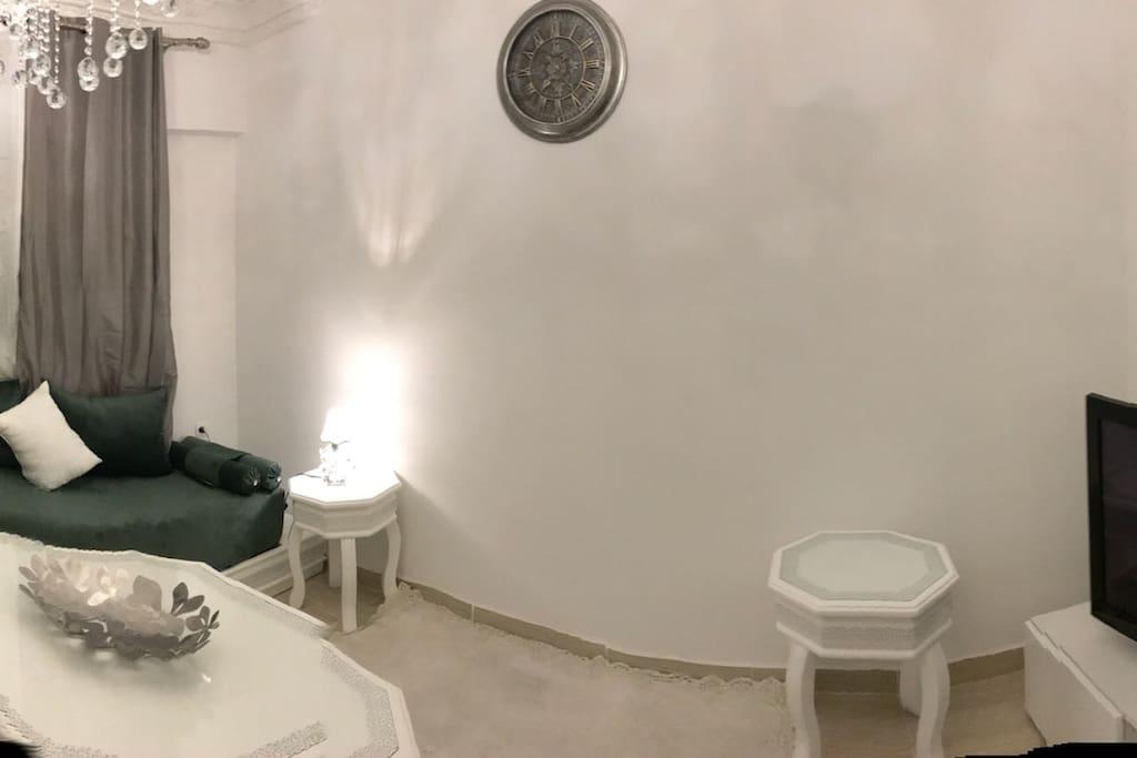 Salon peut accueillir 5 personnes mais 2 personnes pour y dormir