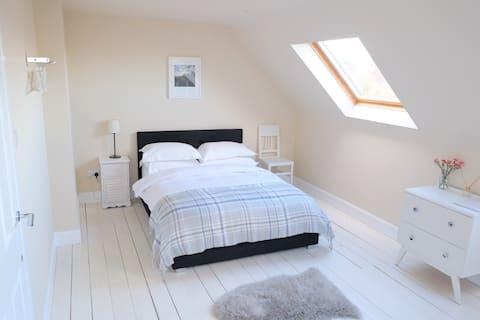 Luxury loft room near Royal Mile (free parking)