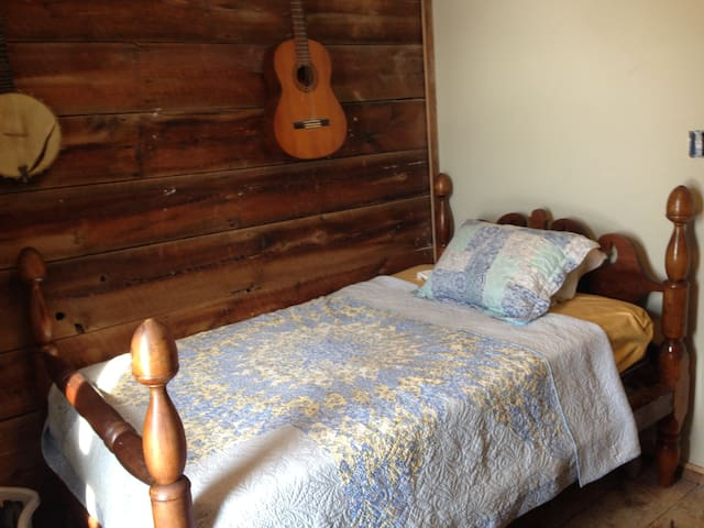 Small Private Bedroom at Better Farm - Redwood - Pousada