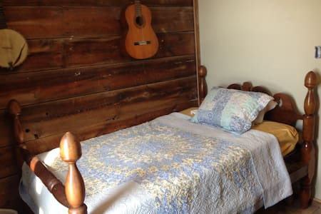 Small Private Bedroom at Better Farm - Redwood
