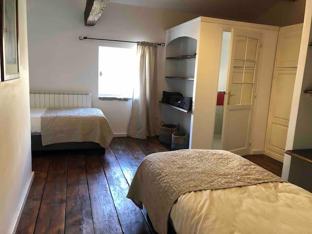 De derde slaapkamer heeft 2 maal een éénpersoons bed (90X200) en een eigen douche en toilet