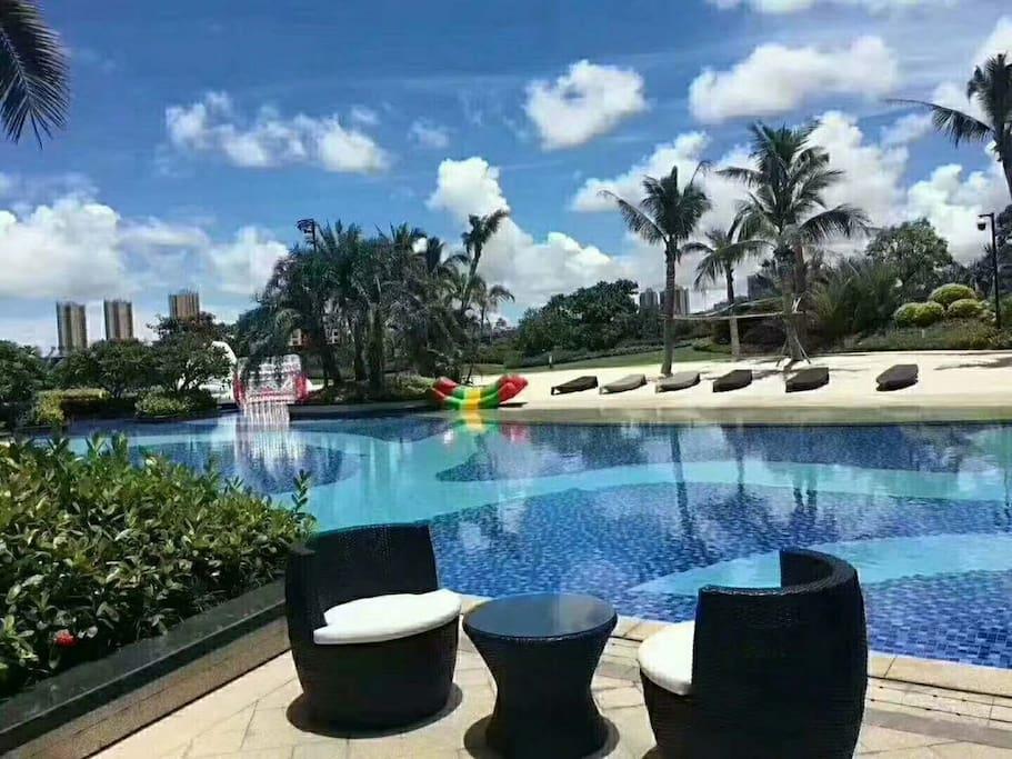 游泳馆内休闲区。