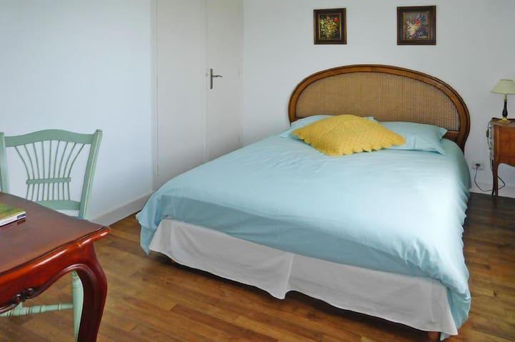 La chambre du rez de chaussée avec lit queen size.