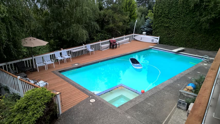 Luxury Queen Suite near PDX w/river view + pool