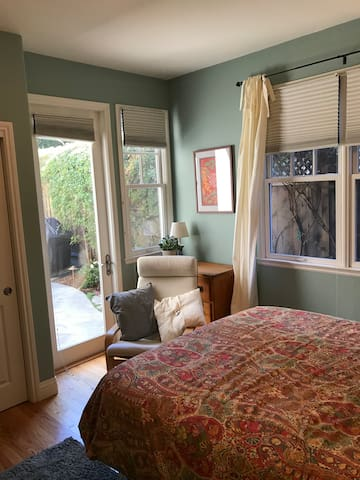 Lovely bright room near Stanford, private patio