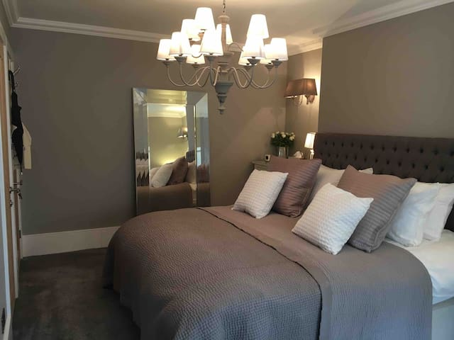 Luxurious bedroom with en-suite in great location