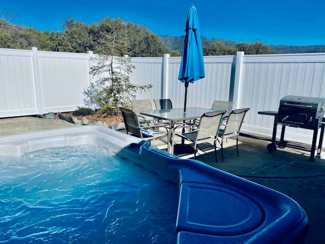 Deer Suite/HOT TUB/GAME ROOM/SLEEPS 4
