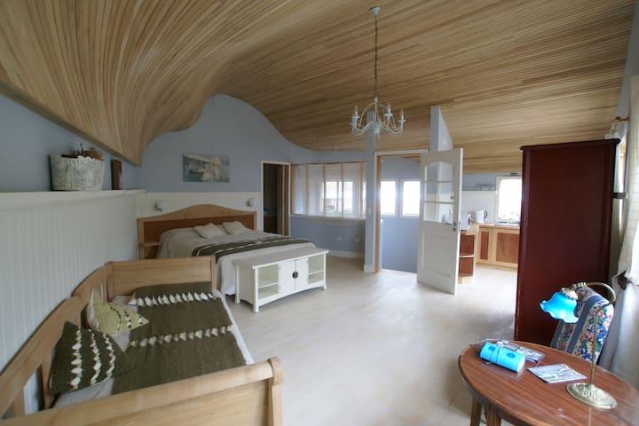 "Beautiful grand suite in a ""palafito"""