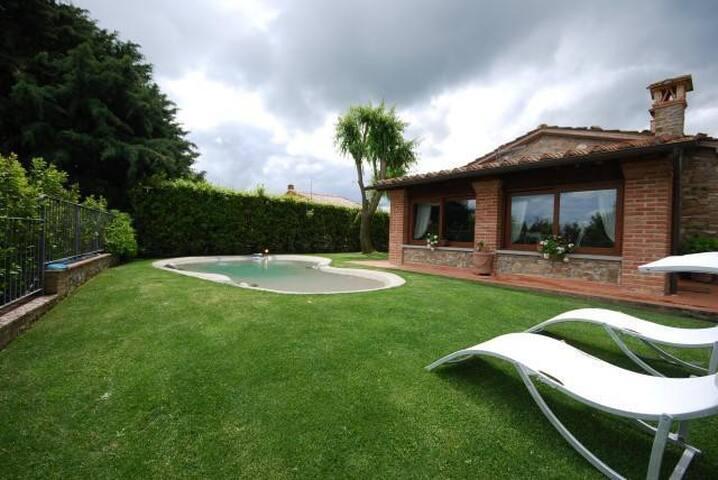 Villetta in pietra con piscina a Rivalto