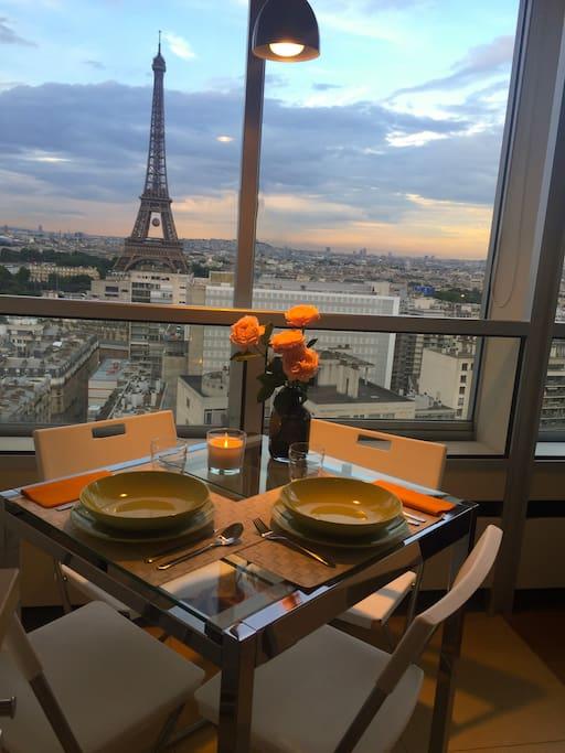 Un dîner romantique face à la Tour Eiffel A romantic dinner in front of the Eiffel Tower