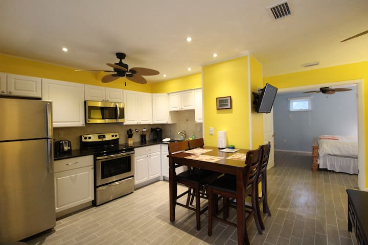 Walk to Beach or heated pool,  Siesta Key - Siesta Key - Condominium