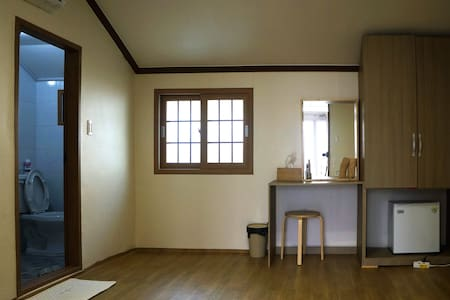 Cozy room with sweet garden(온돌) 소오게스트하우스 - Dongho-dong, Tongyeong-si - Bed & Breakfast