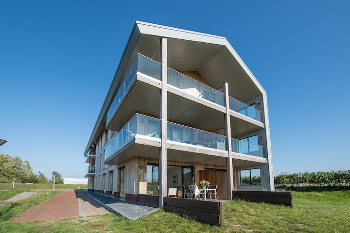 New and tasteful apartment with a panoramic view over the marina