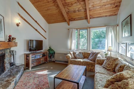 Inviting alpine condo w/3 shared pools, tennis courts, game room, gym, & hot tub