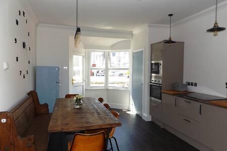 Contemporary apt with a retro twist & sea views! - Appartement