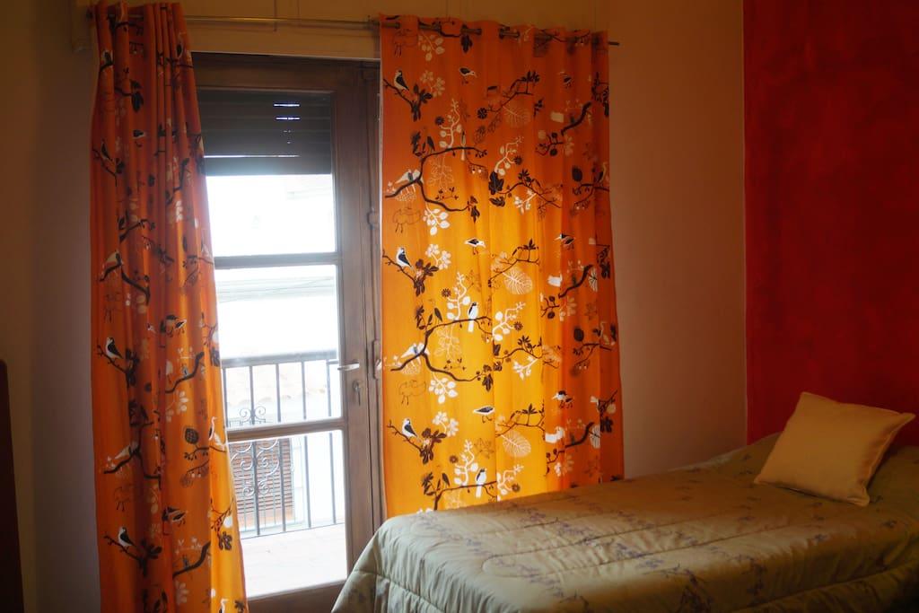 Habitación privada con balcon y 2 camas individuales (posibilidad de añadir una cama adicional)