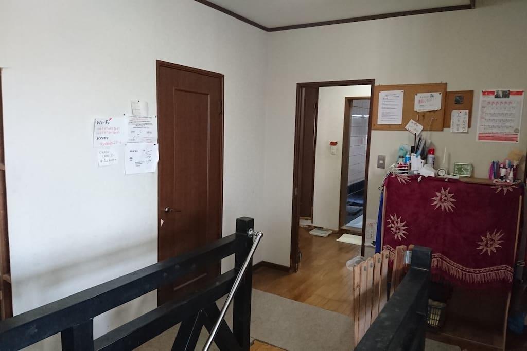 玄関から客室のフロアへ