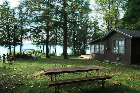Old style small family cottage on Torch Lake - Bellaire - Stuga