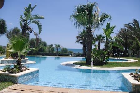 Somptueuse villa avec piscine pieds dans l'eau