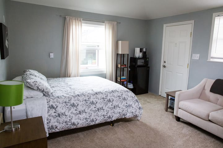 Private studio space in Upper Rainier Beach - Seattle - Guesthouse
