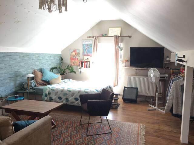 Grand studio dans une charmante maison avec jardin