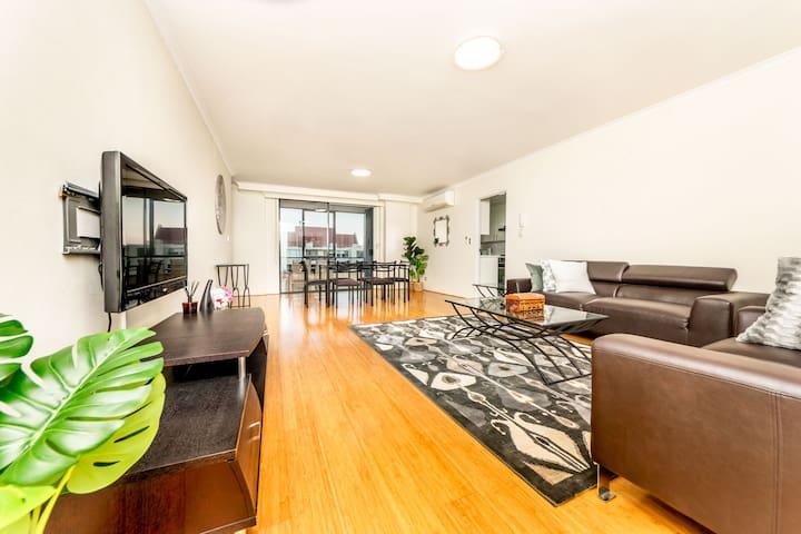 Macquarie Convenient 2 BR Entertaining Apartment